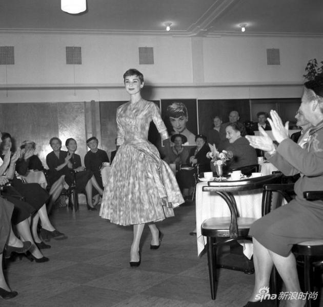 1954年,阿姆斯特丹的一场时装秀上,奥黛丽-赫本正在展示一件纪梵希的设计